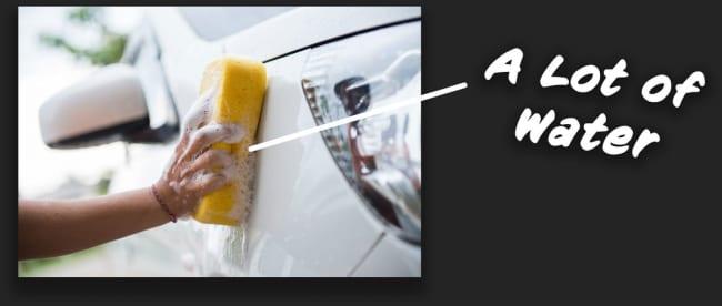 水をたくさん使って洗車する